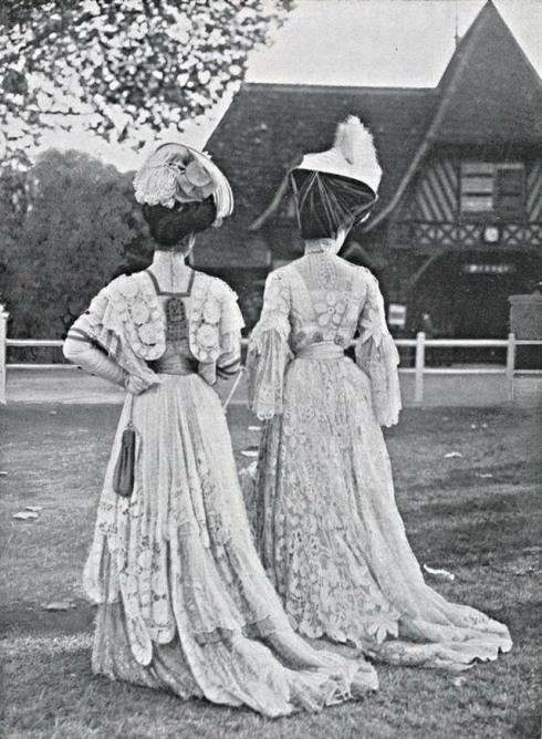 edwardian-ladies-in-park